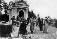 ******** Czar Nicolas II and his family. Czar Nicolas II and his family after the visit of a cementary. Russia. Photograph. 1916.
